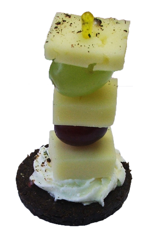 Käsespießchen auf Pumpernickel