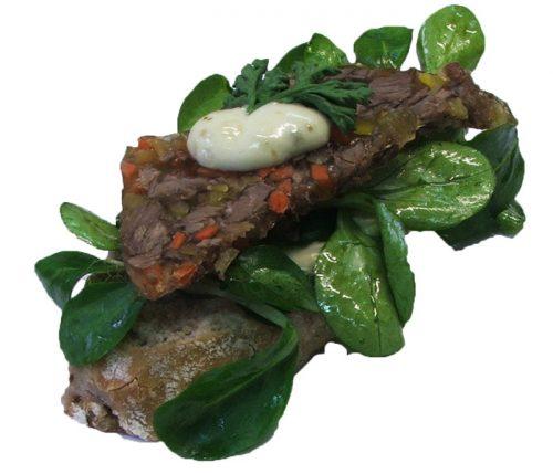 Rindfleischsülzchen auf Walnussbaguette und marinierten Vogerlsalat
